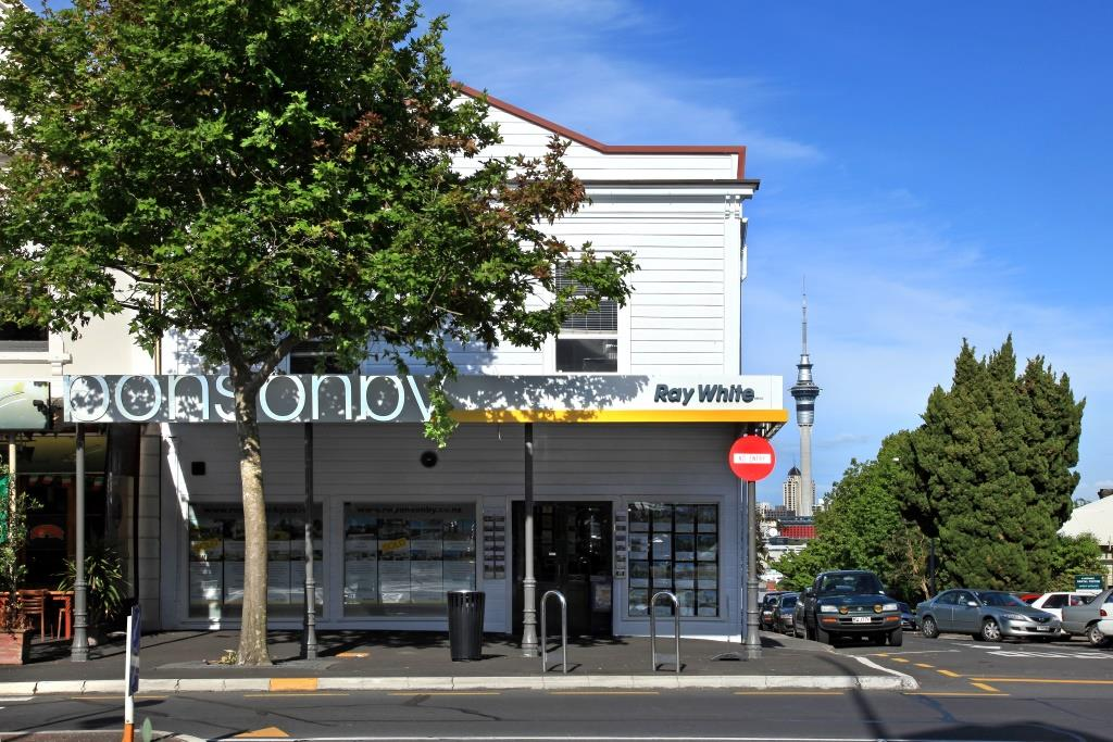 The Titirangi Tea Kiosk now the site of Te Uru art centre and the present Lopdell House, 1932. Sir George Grey Special Collections, Auckland Libraries.